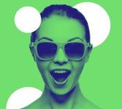 Adolescente sorprendente feliz en gafas de sol Imágenes de archivo libres de regalías