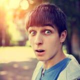 Adolescente sorprendido al aire libre Foto de archivo libre de regalías