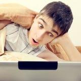 Adolescente sorprendido con la tableta Fotos de archivo