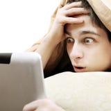 Adolescente sorprendido con la tableta Foto de archivo libre de regalías