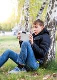 Adolescente sorprendido con la tableta Fotografía de archivo libre de regalías