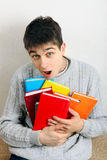 Adolescente sorprendido con libros Imagen de archivo libre de regalías