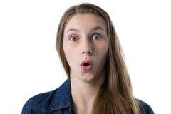 Adolescente sorprendido contra el fondo blanco Fotografía de archivo
