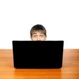 Adolescente sorprendido detrás del ordenador portátil Imagenes de archivo