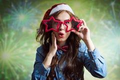 Adolescente sorprendido divertido en el sombrero de Papá Noel y Foto de archivo