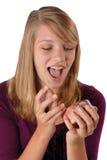 Adolescente sorprendido que abre un regalo. Fotos de archivo libres de regalías