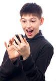 Adolescente sorprendido que mira su teléfono elegante Fotos de archivo
