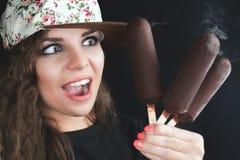Adolescente sorprendido sosteniendo vario el helado con el chocolate Foto de archivo