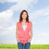 Adolescente sorridente in abbigliamento casual Fotografie Stock Libere da Diritti