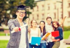 Adolescente sorridente in angolo-cappuccio con il diploma Fotografia Stock Libera da Diritti