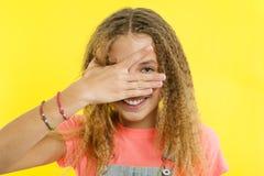 Adolescente sorridente che la abbraccia occhi con le dita Immagine Stock