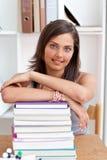 Adolescente sorridente che studia i lotti dei libri Fotografia Stock Libera da Diritti