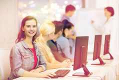 Adolescente sorridente con i compagni di classe e l'insegnante fotografia stock