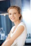 Adolescente sorridente con i tovaglioli Fotografia Stock