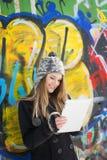 Adolescente sorridente con la compressa digitale Immagine Stock