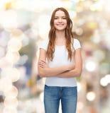 Adolescente sorridente in maglietta bianca in bianco Fotografie Stock Libere da Diritti