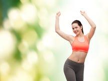 Adolescente sorridente nel dancing degli abiti sportivi Fotografie Stock Libere da Diritti