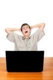 Adolescente stanco con il computer portatile Fotografia Stock