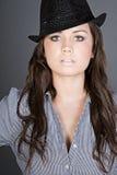 Adolescente Stunning del Brunette con il cappello nero Fotografie Stock Libere da Diritti
