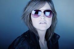 Adolescente Stunning del Brunette in occhiali da sole dell'aviatore Fotografia Stock Libera da Diritti