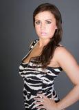 Adolescente Stunning del Brunette in vestito dalla stampa della zebra Immagini Stock Libere da Diritti