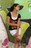 Adolescente su fondo urbano variopinto Immagini Stock Libere da Diritti