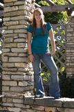 Adolescente su una parete Fotografia Stock
