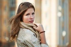 Adolescente su una via della città Fotografie Stock