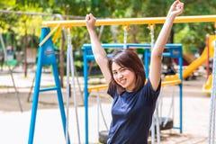 Adolescente sube para arriba la mano dos para mostrar su sano fuerte Fotos de archivo