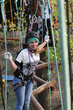 Adolescente subiendo la cuerda Foto de archivo libre de regalías