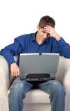 Adolescente subrayado con el ordenador portátil Foto de archivo