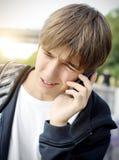 Adolescente subrayado con el teléfono Fotos de archivo