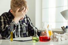 Adolescente subrayado que hace la preparación de la química Fotografía de archivo libre de regalías