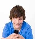 Adolescente sul suo cellulare Fotografia Stock