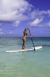 Adolescente sul suo paddleboard Fotografie Stock Libere da Diritti