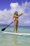 Adolescente sul suo paddleboard Fotografia Stock Libera da Diritti