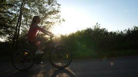 Adolescente sulla bici che gode di bello tramonto video d archivio