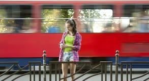 Adolescente sur l'arrêt d'autobus Photographie stock libre de droits