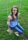 Adolescente sur l'oscillation Photo libre de droits