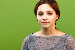 Adolescente sur le fond vert Image libre de droits