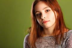 Adolescente sur le fond vert Photo libre de droits