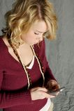 Adolescente sur le téléphone portable Photo libre de droits