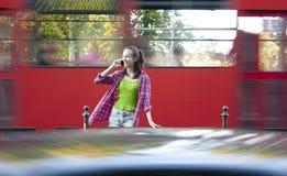Adolescente sur un arrêt d'autobus Image stock