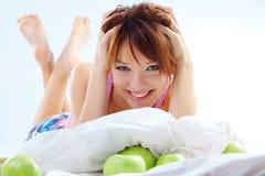 Adolescente sveglio con le mele Fotografie Stock Libere da Diritti