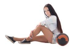 Adolescente sveglio in denim che si siede con la palla immagini stock