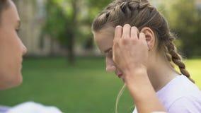 Adolescente tímido que endireita o cabelo das amigas, emoções embaraçosos, primeiro amor filme