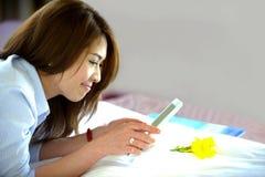 Adolescente tailandés con el ipad Fotos de archivo