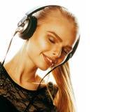 Adolescente talentoso dulce joven en auriculares que canta Foto de archivo libre de regalías