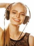 Adolescente talentoso dulce joven en auriculares que canta en blanco Foto de archivo