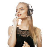 Adolescente talentoso dulce joven en el canto de los auriculares aislado Fotos de archivo libres de regalías